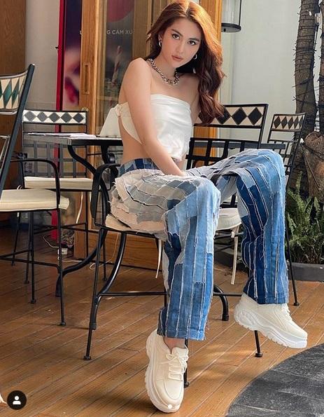 Chán hở trước, Ngọc Trinh lại diện mốt quần jeans hở toang hoác phía sau - Ảnh 7