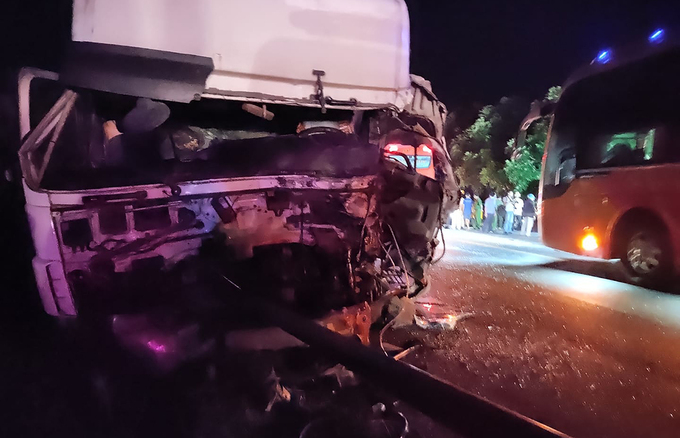 Hai ôtô đấu đầu, 8 người chết - Ảnh 2