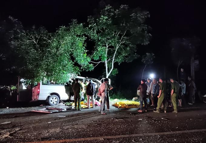 Hai ôtô đấu đầu, 8 người chết - Ảnh 1