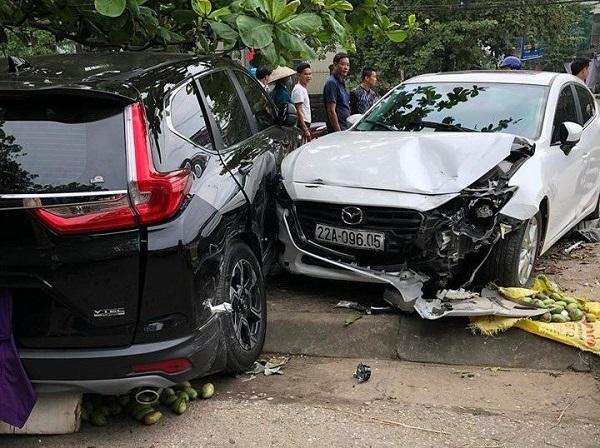 Nữ tài xế xe Mazda 3 gây tai nạn liên hoàn do đạp nhầm chân ga - Ảnh 1