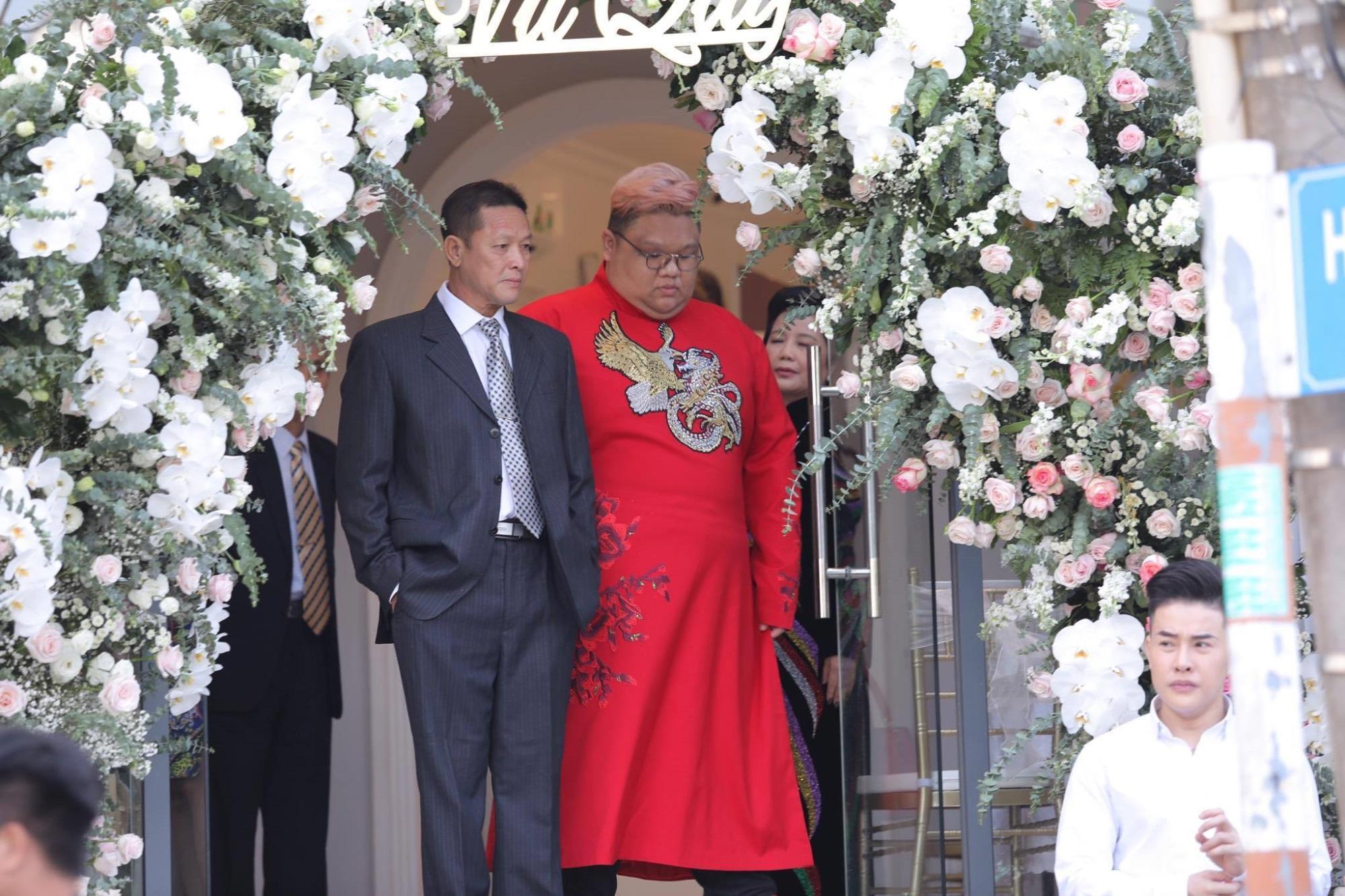 Đám cưới Bảo Thy: Cô dâu, chú rể cùng diện trang phục trắng, di chuyển đến nhà thờ bằng siêu xe tiền tỷ - Ảnh 4