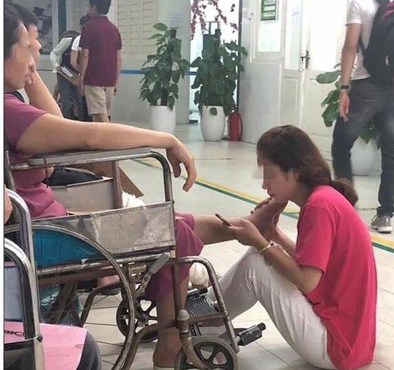 Bức ảnh cô gái bóp chân mẹ suốt 2 tiếng trong bệnh viện gây sốt cộng đồng mạng - Ảnh 1