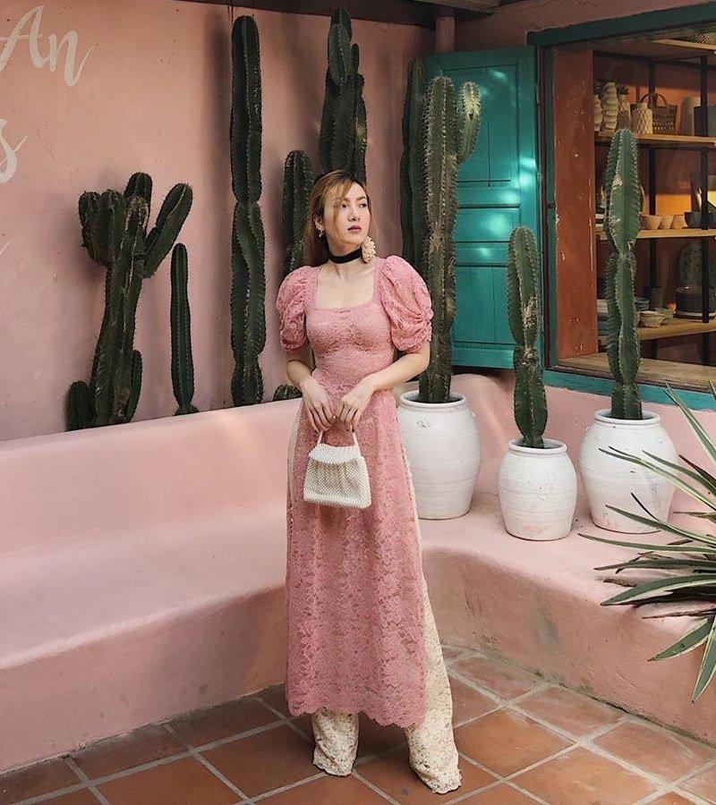 Yến Nhi diện áo dài điệu đà cận Tết - Sam lên đồ ngọt ngào thả dáng trước xế hộp tiền tỉ - Ảnh 1