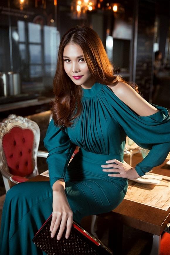 """Được coi là """"biểu tượng thời trang Việt"""", siêu mẫu, diễn viên Thanh Hằng luôn thể hiện dáng dấp một ngôi sao chuyên nghiệp, năng động cùng vẻ đẹp không tuổi."""