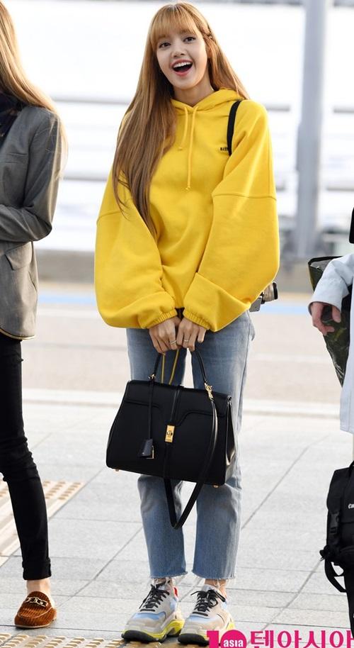 Một trong những item được Lisa lựa chọn thường xuyên là bomber jacket.