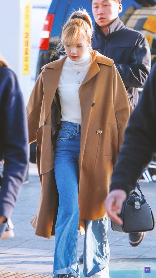 Không thể thiếu trong tủ đồ của cô chính là các loại áo hoodie. Trong những chuyến bay, Lisa ưu tiên chọn item này bởi sự thoải mái tối đa