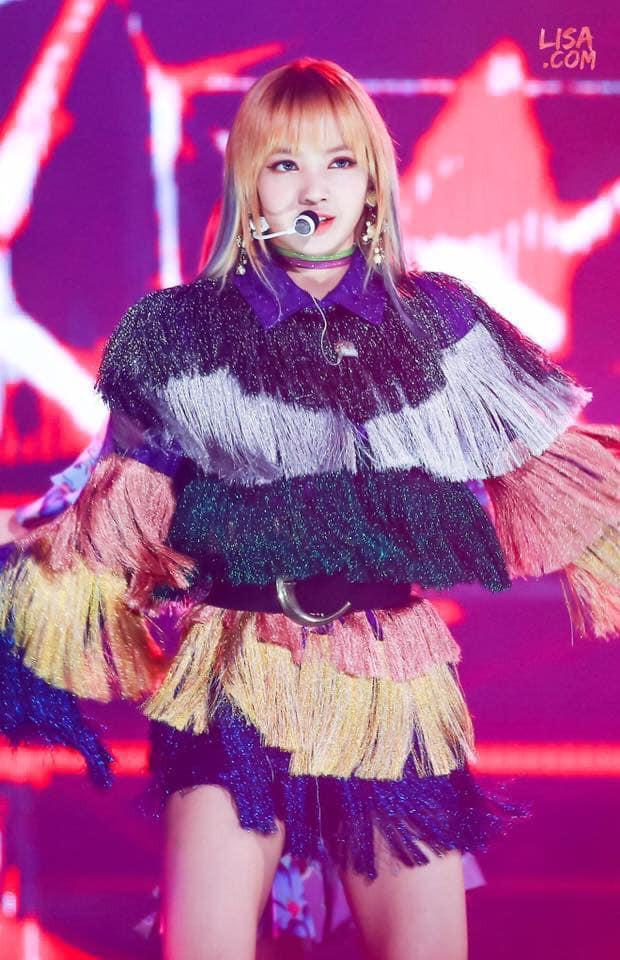 Trong số những bộ đồ dị biệt của Lisa, chúng ta cũng chẳng thể bỏ qua mẫu váy tua rua diêm dúa, mà cô từng diện hồi mới debut…