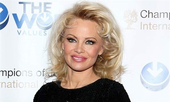 Chiếc mũi, đôi môi của nàng Barbie một thời sưng và lệch khiến cho gương mặt không chỉ mất cân đối mà còn thiếu tự nhiên và kém sắc.
