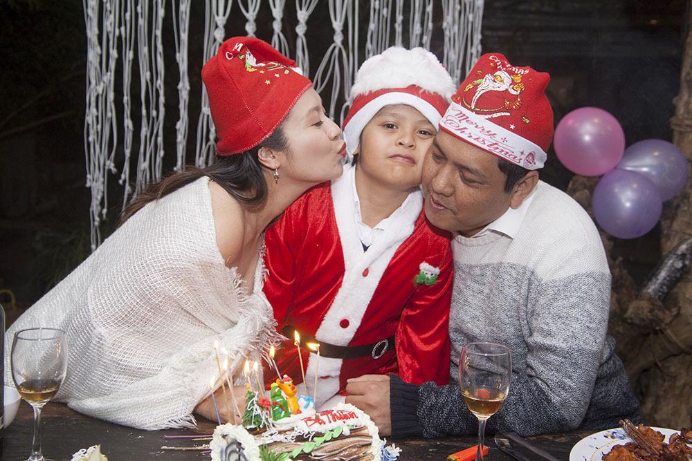 Nữ diễn viên chăm chút từ bông hồng cho đến bóng trang trí, cố gắng mang đến không gian ấm cúng và hoàn hảo cho bữa tiệc sinh nhật của con
