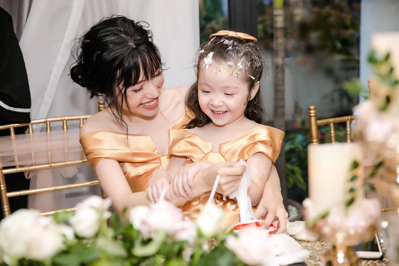 Khác vớihình ảnh lung linh thường ngày, Elly Trần ở nhà giản dị bất ngờ.