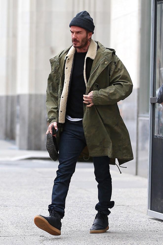 Xuất hiện trên đường phố New York, cựu danh thủ đội tuyển Anh và CLB Manchester United sành điệu khi diện áo T-shirt kết hợp Jacket cổ lông và áo khoác dáng dài của Kent & Curwen. Phụ kiện đi kèm là chiếc mũ len cùng giày thể thao gam màu trung tính.