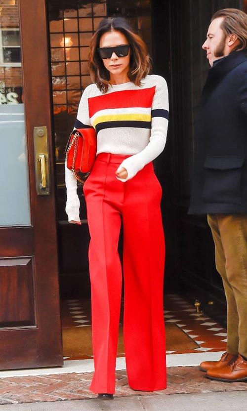 Màu đỏ không hề dễ mặc, nhưng rơi vào tay Victoria Beckham thì rất hiếm khi bị xấu.