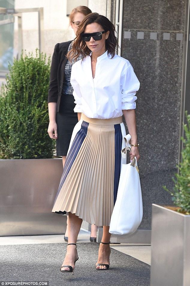 Sơ mi trắng tối giản là item không thể thiếu trong tủ đồ của Victoria Beckham, được cô sử dụng trong nhiều dịp. Việc kết hợp linh hoạt áo sơ mi trắng trơn cùng chân váy, quần jeans hay vest giúp bà xã của Beckham luôn mới mẻ và hấp dẫn.