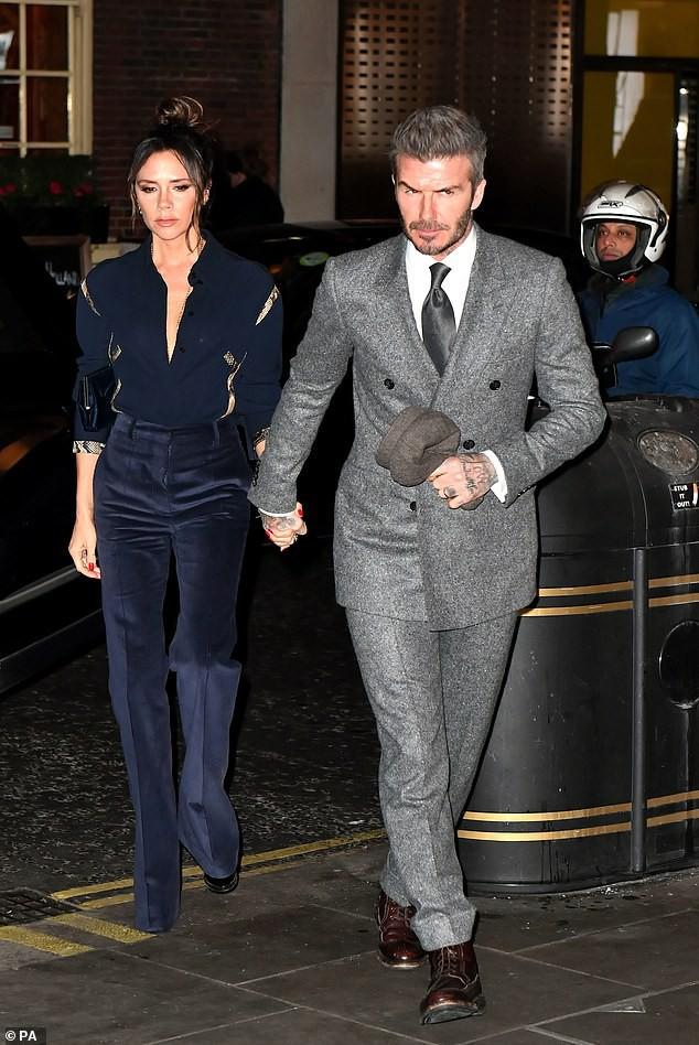 Cả hai luôn nắm tay nhau trong những lần diện các mốt thời trang sang trọng hay đời thường