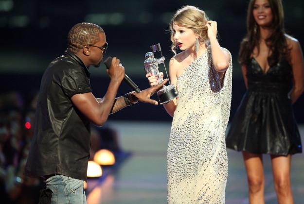 Cách hành xử khó hiểu của West và vẻ mặt ngơ ngác của Taylor