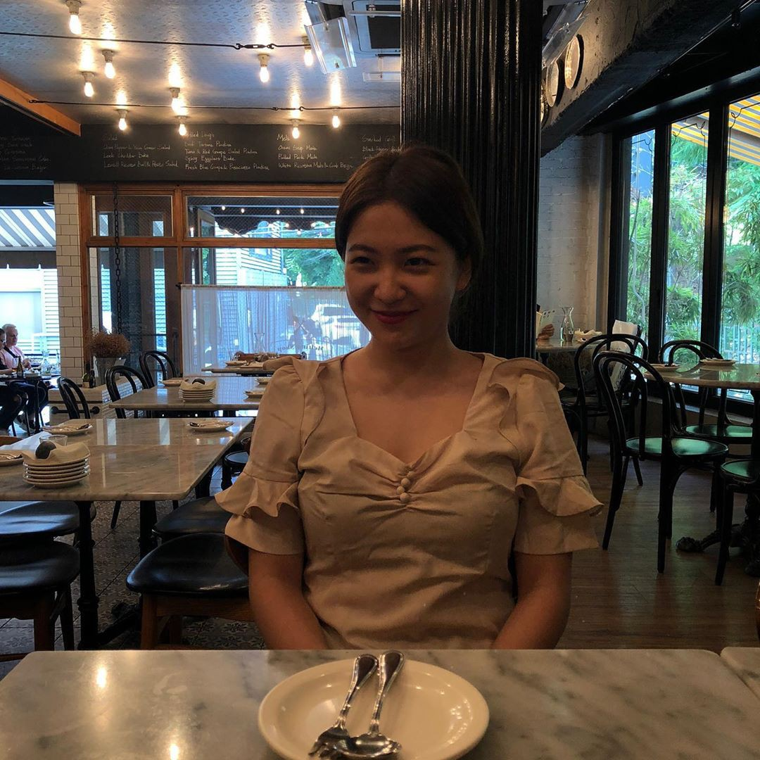 Jennie rất thích mặc áo trễ vai, hở vai khoe xương quai xanh, và bỗng nhiên dạo gần đây Yeri cũng thích mặc theo phong cách này?