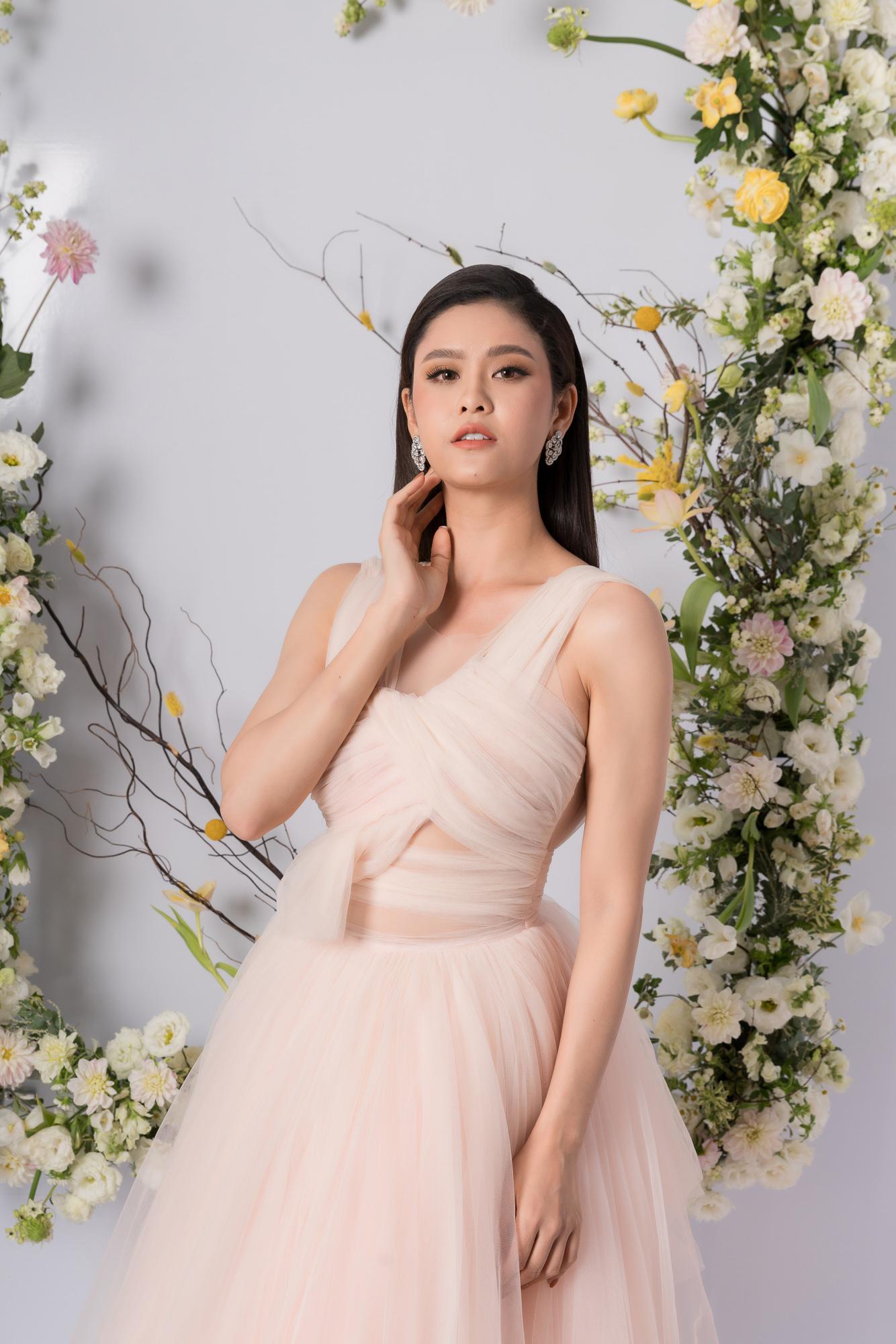 Nhã Phương, H'Hen Niê, Đỗ Mỹ Linh cùng khoe dáng với váy cưới - Ảnh 13