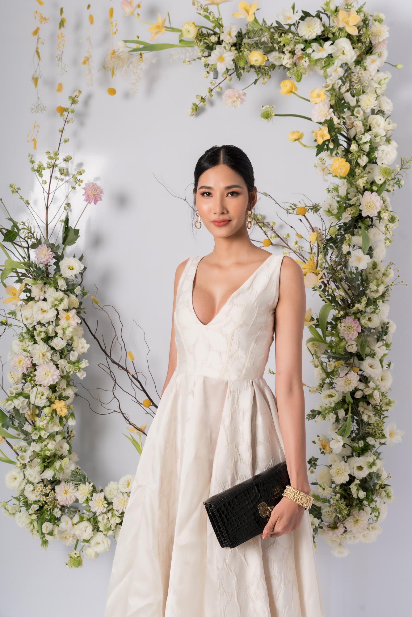 Nhã Phương, H'Hen Niê, Đỗ Mỹ Linh cùng khoe dáng với váy cưới - Ảnh 10