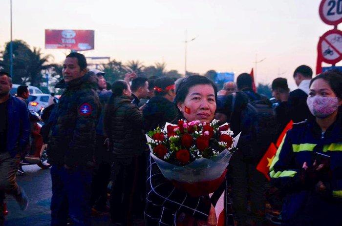 Mẹ của 'hot girl' làng bóng đá nữ Hoàng Thị Loan cầm bó hoa lặng lẽ quay về khi không được gặp con gái - Ảnh 1