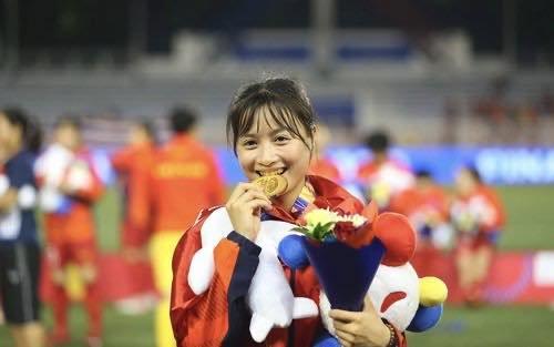 Mẹ của 'hot girl' làng bóng đá nữ Hoàng Thị Loan cầm bó hoa lặng lẽ quay về khi không được gặp con gái - Ảnh 2