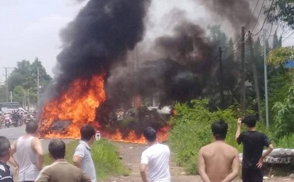 Nóng: Cháy xe khách 16 chỗ, bé trai 14 tuổi chết thảm trong xe - Ảnh 1