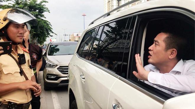 Người ôm tiền cố thủ trên chiếc Mercedes GLS 5 tỷ là ai? - Ảnh 2