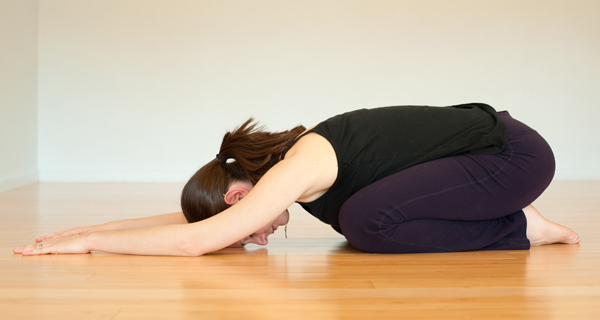 Quỳ gối trên thảm, cúi gập người sao cho ngực tỳ lên đùi, đầu cúi, hai tay duỗi thẳng đưa về phía trước. Giữ tư thế trong 30 giây - 1 phút.