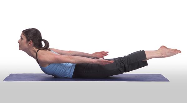 Chuẩn bị ở tư thế nằm sấp, tay và chân duỗi thẳng theo thân, đầu cúi. Nâng cao đầu, ngực, tay và chân lên khỏi mặt thảm. Giữ trong 3 nhịp thở rồi lặp lại động tác 10 lần.