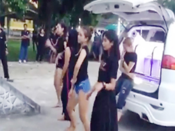 Xôn xao clip 4 cô gái nhảy sexy trong đám tang bạn - Ảnh 1