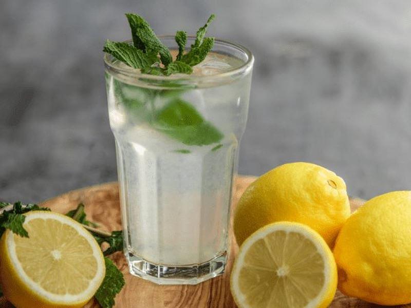 Nước chanh lạnh mang lại nhiều tác dụng giảm cân hiệu quả cho chị em