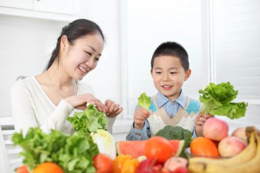 """Đảm bảo chế độ dinh dưỡng</a> hợp lý hỗ trợ phòng bệnh cho trẻ"""" width=""""572"""" height=""""381"""" /><figcaption><em>Đảm bảo chế độ dinh dưỡng hợp lý hỗ trợ phòng bệnh cho trẻ (Ảnh: Internet)</em></figcaption></figure><p style=""""text-align: justify;"""">Phần lớn thời gian ăn uống trong ngày là trẻ được ăn trên lớp, bởi vậy mà khi ở nhà những tháng hè có thể chế độ sẽ thay đổi khác đi. Nếu cơ thể trẻ không quen thì rất dễ gây ảnh hưởng đến hệ tiêu hóa và bệnh tật. Bởi vậy mà các mẹ cần đảm bảo chế độ ăn uống thích hợp, không nên xáo trộn quá mức.</p><p style=""""text-align: justify;"""">Cần cung cấp đủ dinh dưỡng từ các nguồn thực phẩm khác nhau cho trẻ như rau củ, trái cây, thịt, cá, trứng, sữa,... Đồng thời, nên cho trẻ ăn uống các loại thực phẩm có tác dụng hạ nhiệt, thanh lọc cơ thể sẽ tốt hơn.</p><p style=""""text-align: justify;"""">Ngoài ra, bạn cần chú ý đến vấn đề an toàn vệ sinh thực phẩm, đảm bảo cho trẻ ăn chín uống sôi, thực phẩm sạch sẽ.</p><p style=""""text-align: justify;""""><em>Cho trẻ vui chơi đúng cách</em></p><figure class=""""image""""><img style="""