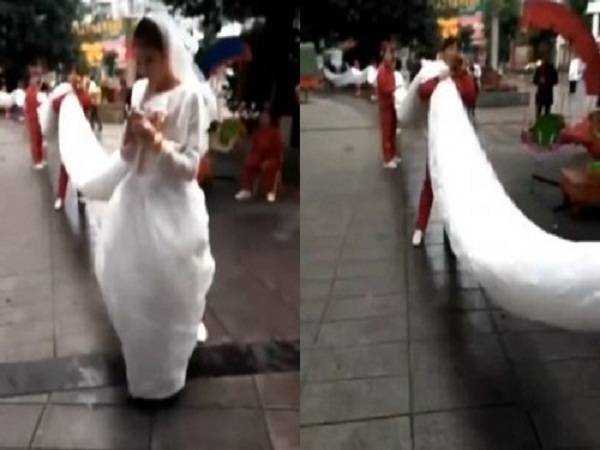 Cô dâu xinh đẹp mặc váy cưới dài 100m gây náo loạn đường phố.