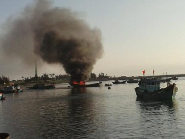 Cháy tàu cá trên biển, 2 ngư dân được cứu sống - Ảnh 1