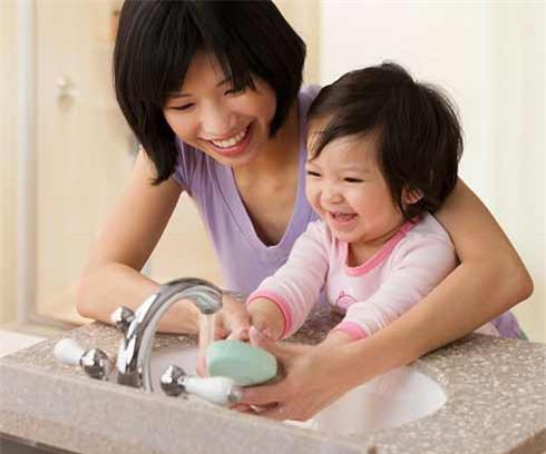 Bệnh tay chân miệng ở trẻ em: 6 việc mẹ cần làm tại nhà để bé nhanh khỏi - Ảnh 3