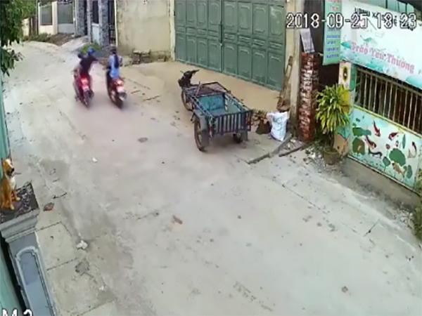Vừa lái xe vừa nghe điện thoại, cô gái bị 2 tên cướp áp sát giật phăng trên tay - Ảnh 2
