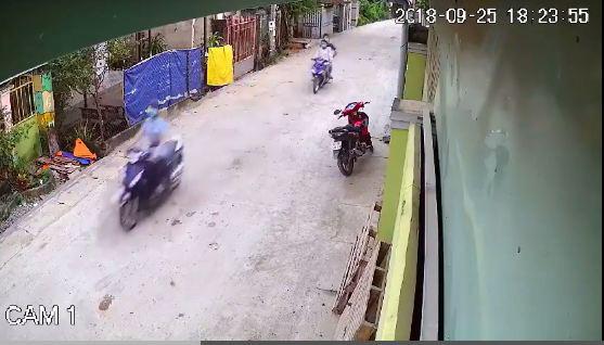 Hai tên cướp quan sát cô gái từ phía sau chờ cơ hội ra tay