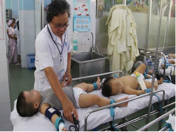 Dịch tay chân miệng tăng đột biến: Căng tin biến thành phòng bệnh - Ảnh 2