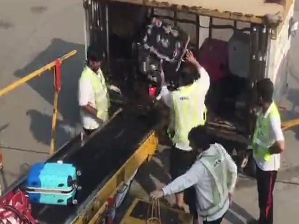 Nhân viên sân bay ném hành lý của khách như rác