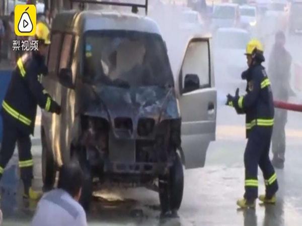 Chiếc xe mini van của Zhang hóa đống sắt vụn vì hành động bất cẩn