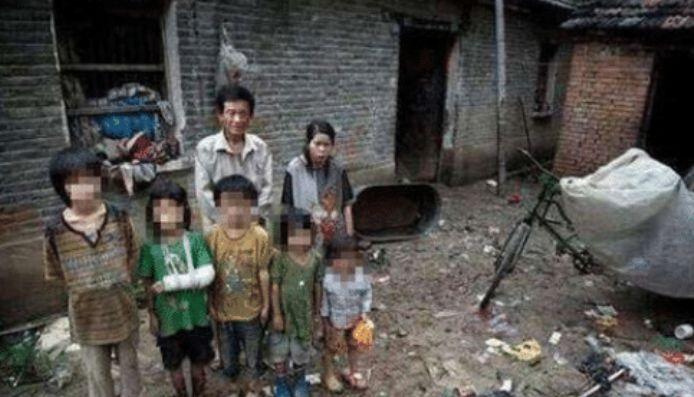 Chồng 53 cưới vợ 15 tuổi, 6 năm sinh liền 5 đứa con, nhìn cuộc sống khổ cực khiến nhiều người không cầm được nước mắt - Ảnh 2
