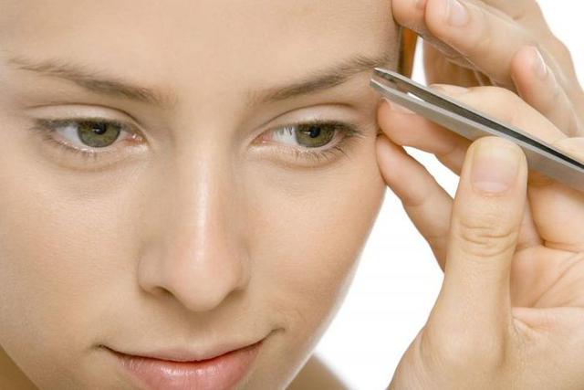 Nên sử dụng nhíp nhổ thích hợp để loại bỏ phần lông mày thừa hoặc waxing