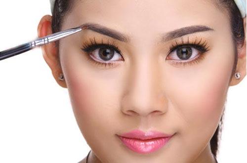Trang điểm là giải pháp hữu hiệu trong các trường hợp chỉnh dáng khuôn mày bị lỗi