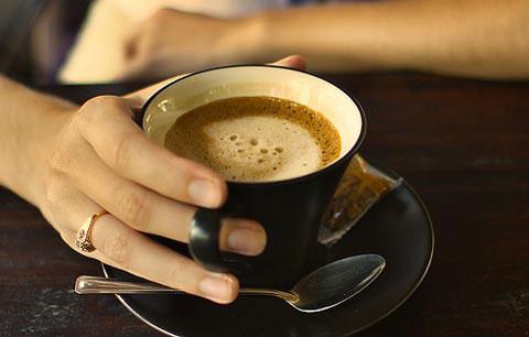 Uống quá nhiều cà phê mỗi ngày sẽ khiến vòng 1 của chị em nhỏ đi trông thấy