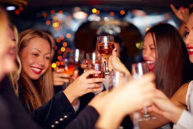 Uống quá nhiều rượu, chất cồn là thói quen xấu sẽ khiến bạn vô tình triệt tiêu vòng 1
