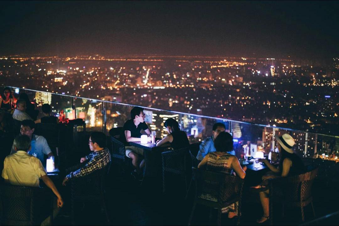 Nên chọn hẹn hò nơi công cộng như: quán cà phê, nhà hàng, rạp chiếu phim,...