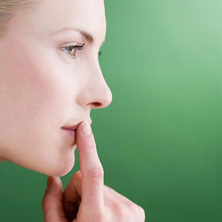 Bị ngứa rát vành môi là một biểu hiện khi mắc bệnh chàm môi