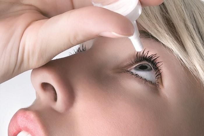 Nhỏ nước mắt nhân tạo liên tục để xoa dịu phần tròng trắng bị đỏ do khóc