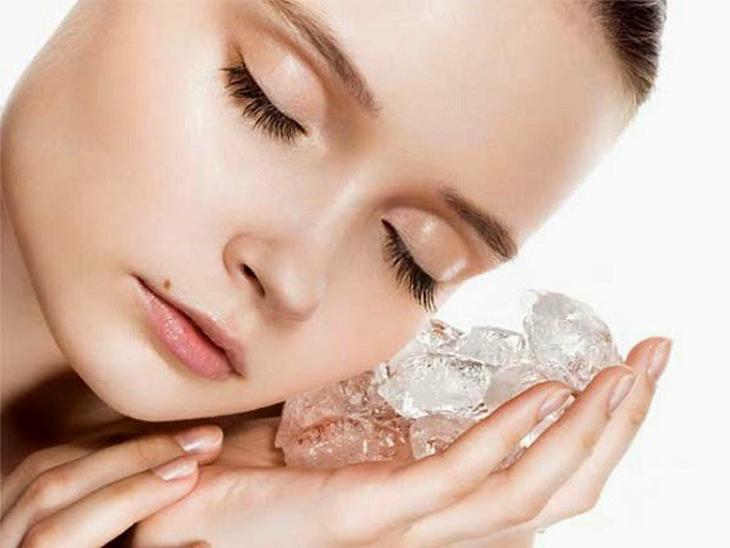 Dùng đá lạnh là mẹo hay để che giấu đi gương mặt sưng húp nhanh chóng