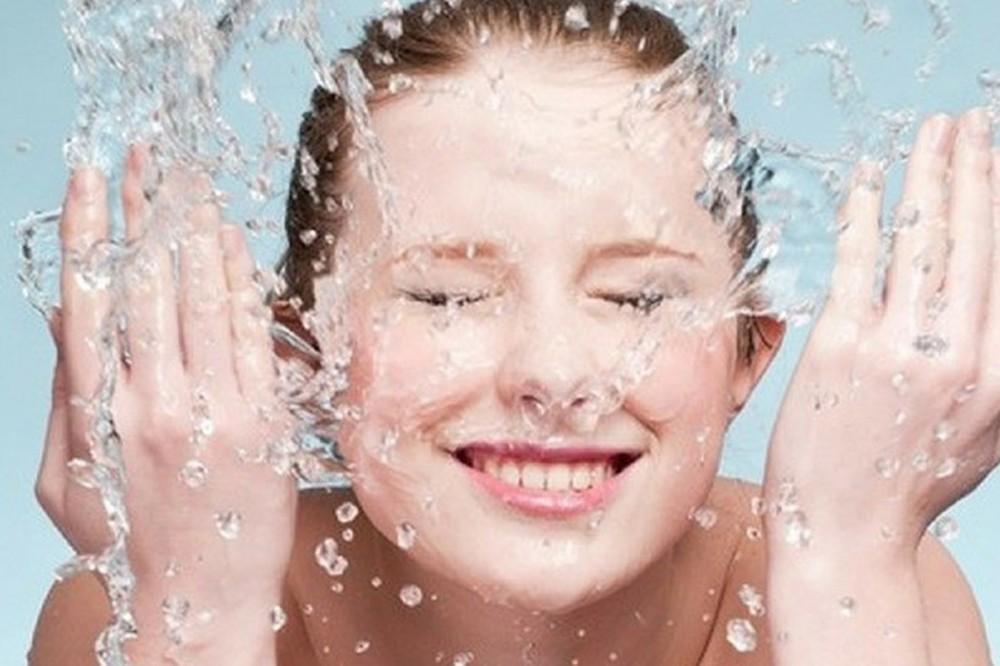 Vỗ nước lạnh lên da là cách hiệu quả để làm dịu đôi mắt sưng đỏ xuống và giảm sưng phù trên gương mặt