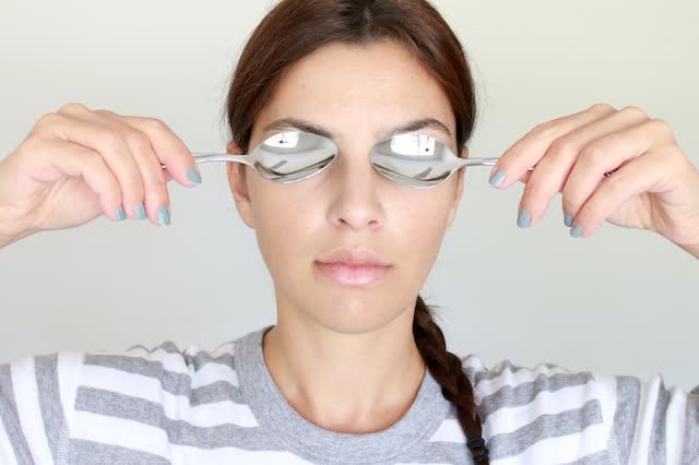 Dùng thìa lạnh giúp chữa sưng mắt nhanh chóng
